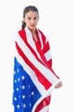 佩带美国国旗的俏丽的浅黑肤色的男人 库存图片