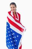 佩带美国国旗的俏丽的浅黑肤色的男人 免版税库存照片