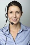 佩带耳机的可爱的电话中心操作员 免版税库存图片