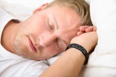 佩带聪明的袖口的人,当睡觉时 库存图片