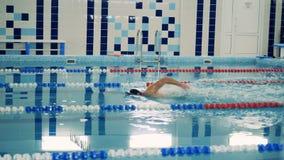 佩带腿假肢,侧视图的专业游泳者锻炼 影视素材