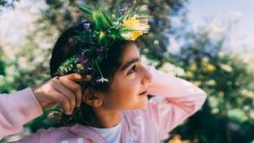 佩带花卉花圈的一美丽的女孩的画象 免版税图库摄影