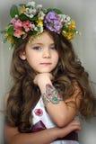 佩带花的花圈美丽的小女孩 免版税库存照片