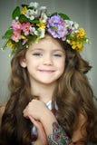 佩带花的花圈美丽的小女孩 免版税图库摄影