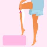 佩带蓝色毛巾的妇女刮她的腿 库存图片