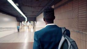 佩带蓝色衣服走的非裔美国人的商人 股票录像