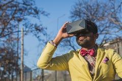 佩带虚拟现实耳机的印地安英俊的人 免版税图库摄影