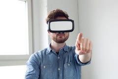 佩带虚拟现实风镜的人 免版税库存图片