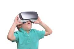 佩带虚拟现实风镜的惊奇青少年的男孩观看电影 免版税库存图片