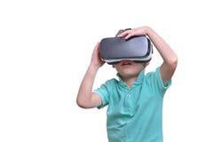 佩带虚拟现实风镜的惊奇青少年的男孩观看电影 免版税图库摄影