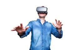 佩带虚拟现实风镜的有胡子的年轻人特写镜头  Sm 图库摄影