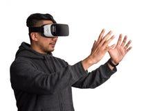 佩带虚拟现实风镜的Oung亚裔人拿着真正o 库存图片