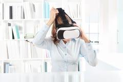 佩带虚拟现实风镜耳机的妇女 VR玻璃 360 免版税库存照片