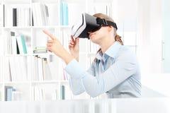 佩带虚拟现实风镜耳机的妇女 VR玻璃 360 免版税库存图片