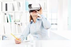 佩带虚拟现实风镜耳机的妇女 VR玻璃 360 免版税图库摄影