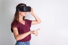 佩带虚拟现实风镜耳机, vr箱子的少妇 连接,技术,新一代,进展概念 女孩尝试 免版税库存图片