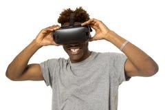 佩带虚拟现实vr 360视觉风镜的美国黑人的人享受电子游戏 免版税库存照片