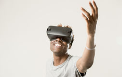 佩带虚拟现实vr 360视觉风镜的美国黑人的人享受电子游戏 库存图片
