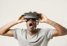 佩带虚拟现实vr 360视觉风镜的美国黑人的人享受电子游戏 库存照片