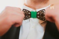 佩带蝶形领结的年轻人 免版税库存照片