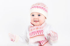 佩带被编织的帽子、围巾和手套的美丽的女婴 库存图片
