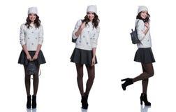 佩带被编织的毛线衣、裙子、帽子和背包的美丽的快乐的少妇 背景查出的白色 免版税库存图片