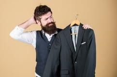 佩带认为什么对正式事件 选择在衣橱的行家正装夹克 礼服的有胡子的人 免版税库存图片