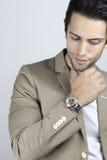 佩带豪华手表的英俊的人 免版税库存照片