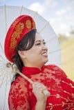 佩带越南Ao戴的新娘 免版税库存图片