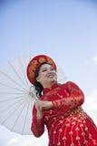 佩带越南Ao戴的新娘 免版税图库摄影