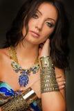 佩带金首饰的阿兹台克妇女 免版税库存图片