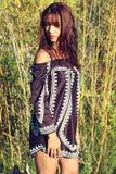 佩带长袍的美丽的女孩 免版税图库摄影