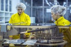 佩带防护工作穿戴的两个配药工厂劳工 免版税库存照片