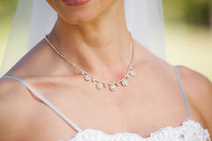 佩带项链的一个美丽的新娘的中间部分 图库摄影