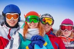 佩带风镜的四块愉快的挡雪板 免版税图库摄影