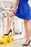佩带高跟鞋的统治女权妇女在小游艇船坞 库存照片