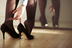 佩带高跟鞋的年轻女性 图库摄影