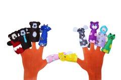 佩带5个手指木偶的手:狗,公鸡,猫,老鼠,在白色隔绝的猪 免版税库存照片