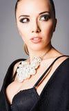 佩带黑胸罩和珍珠项链的美丽的女孩特写镜头画象  免版税库存图片