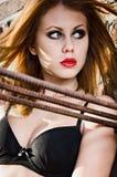佩带黑胸罩的俏丽的红头发人女孩画象。 特写镜头 免版税库存照片