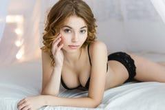 佩带黑胸罩的可爱的妇女 库存图片