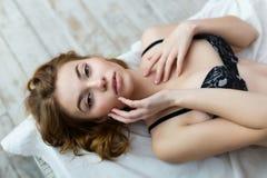 佩带黑胸罩的可爱的妇女 库存照片