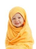佩带黄色毛巾的愉快的婴孩坐在浴或阵雨以后 库存照片