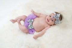 佩带紫色纰漏的女婴 免版税图库摄影