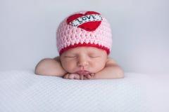佩带a的新出生的女婴 免版税库存照片