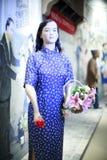 佩带cheongsam的女花童 免版税库存照片