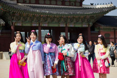 佩带Hanbok的韩国学校女孩在景福宫宫殿,汉城韩国 免版税库存图片