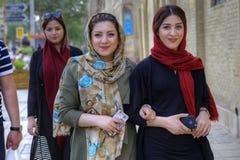 佩带hijabs,设拉子,伊朗的现代年轻伊朗妇女 免版税图库摄影