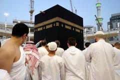 佩带ihram的穆斯林在圣堂 免版税库存图片