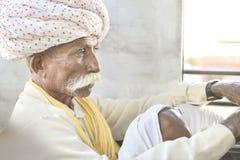 从佩带Safa的Jaiselmer的地方旁遮普邦牧羊人 图库摄影